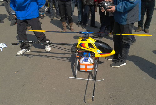 用于喷洒农药的遥控直升飞机亮相展会,吸引众多农民驻足观看