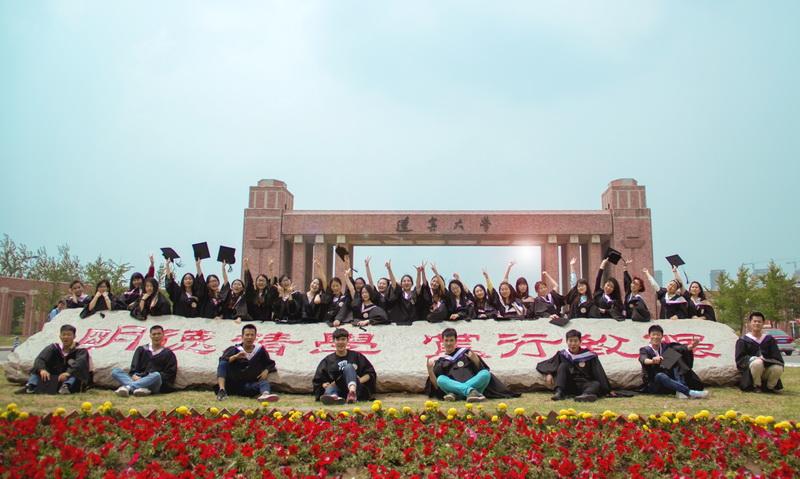又到毕业季 辽宁大学毕业生拍创意毕业照