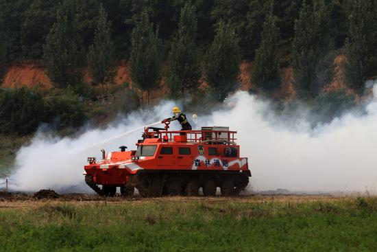 多功能履带式森林消防车正在灭火