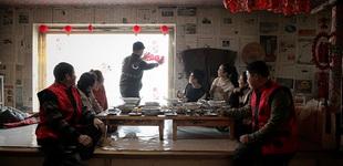 """【网络媒体走转改】""""挂旗""""""""走油""""… 满族村的民族年味""""走油""""、烙""""火勺""""、满族剪纸、写满语春联……这些是赫图阿拉村每年春节的传统项目。[阅读]"""