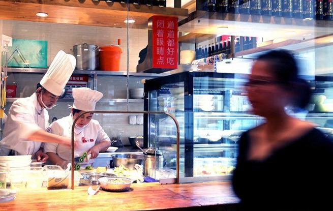 """上海实施""""明厨亮灶"""" 消费者可以看后厨"""