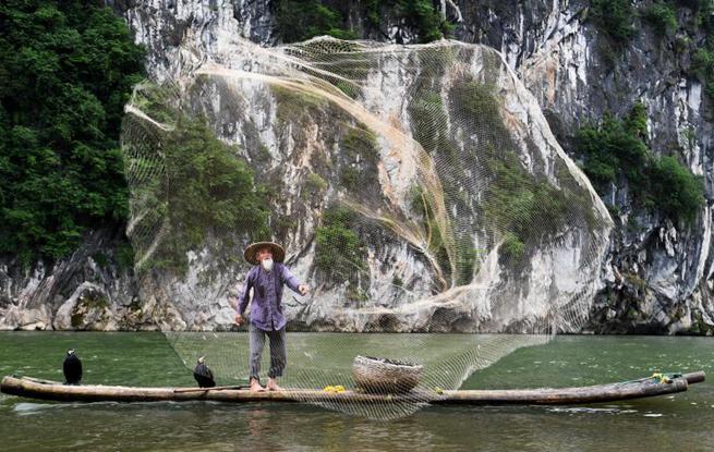 """七旬漓江渔翁摆拍经验丰富 成摄影圈""""名模"""""""