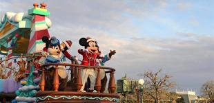 东京迪士尼举行圣诞巡游