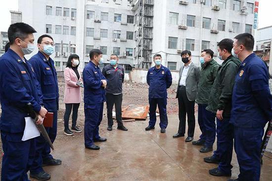 沈河区创建办主任梁波,区创建办规划设计部部长周俊山以及区消防救援