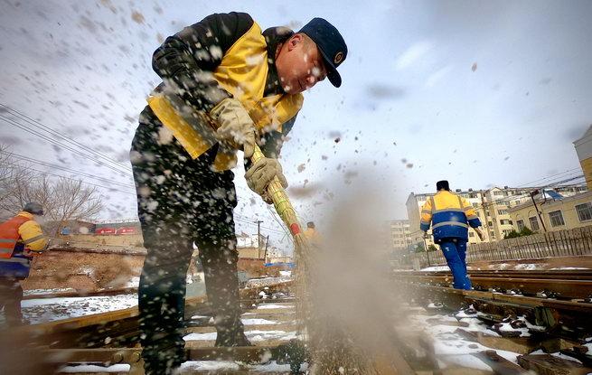 沈铁人坚守一线抗击雨雪冰冻灾害 确保运输安全